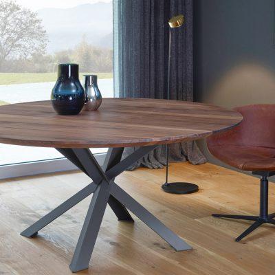Runder amerikanischer Nussbaum Tisch mit einer Schweizer Kante